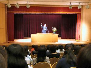 学校長として「学びあう喜び」と「共生」を標榜する簡潔な挨拶をした梅沢辰也先生