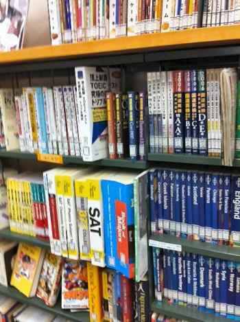 図書館には海外大学進学を考えるうえでも役に立つ資料が揃っている