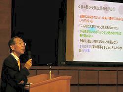 4月「統一合判」模試会場で講演をする安田理氏。